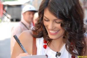 Alisar Ailabouni schreibt Autogramm