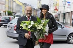 Alisar Ailabouni mit Bürgermeister Schwarzenhofer © M. Fesl