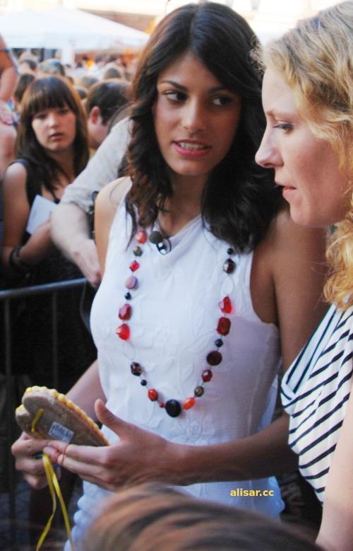 Alisar Ailabouni nach der Autogrammstunde mit einem Lebkuchenherz eines Fans :D